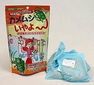 かめむしいやよ〜 かめむし くも きひざい 殺虫剤を使わずにカメムシ退治!カメムシいやよ〜の通信販売 吊り下げタイプ・カメムシの出没箇所にぶらさげるだけ、洗濯物などに寄せつけません。使いやすい分包タイプです。(不織布袋フック付き)安全無害で天然植物製油を使用した忌避剤です。マイクロカプセル特殊コーティングで効果が長持ちします。効果の持続期間は約2ヶ月です。 (天候など、環境によって差があります。)忌避テープタイプ・カメムシの嫌がるニオイでカメムシに寄せ付けない!雨に強く効果長持ち!家庭菜園・プランター・ベランダ周りに貼り付けるだけ!殺虫剤を使わずにカメムシ退治!カメムシいやよ〜の通信販売