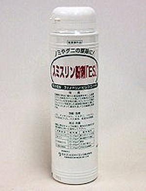 すみすりんふんざい|だに・のみたいさく|りゅうざい・ふんまつさっちゅうざい||使いやすい容器入りの粉末殺虫剤・ダニ駆除・ノミ駆除・ナンキンムシ駆除・スミスリン粉剤ESの通信販売|・使いやすい容器に入っています。・家庭用の殺虫剤にも使われている安全性の高い成分を配合しています。・粉末状の殺虫剤なので畳やカーペットの裏に散布した場合、長期間(2週間から1ヵ月程度)効果が持続します。※屋外や床下などに散布した場合も基本的には同様の効果が期待できますが、雨や湿度により効果が早く無くなる場合があります。|・ノミ、ダニ、ナンキンムシ等の生息場所や潜み場所になる畳やカーペットの裏や床下などに20g/�程度、均一に散布する。・倉庫やガレージなどでも同様に20g/�程度、均一に散布してください。※雨にあたる場所へ散布した場合は、降雨後再度散布する必要があります。・対象害虫:ダニ、ノミ、ナンキンムシなど・対象場所:工場、倉庫、家庭などの害虫発生箇所|製品名:スミスリン粉剤ES、有効成分:フェノトリン「ピレスロイド系」、内容量:350g/本、剤型:粉剤、販売元:住化エンビロサイエンス株式会社、適用:医薬部外品|使いやすい容器入りの粉末殺虫剤・ダニ駆除・ノミ駆除・ナンキンムシ駆除・スミスリン粉剤ESの通信販売