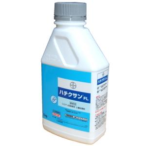 はちくさんえふえる|しろありくじょ|どしょうしょりざい|ぎょうむよう|【医薬用外劇物】シロアリ防除専用土壌処理剤ハチクサンFLの業務販売:テクネットストア|散布中、散布後の臭いは?ハチクサンの有効成分であるイミダクロプリドは、ほとんど臭いがありません。散布の際には、この薬剤を水で薄めて使用しますので散布中も散布後も臭いによる不快感がありません。人やペットへの影響は?シロアリ対策はしておきたいけど、人やペットへの影響が心配という方が少なくありません。ハチクサンは蒸気圧が低く、散布した土壌や木部からほとんど蒸散しないので薬剤による影響はほとんどありません。居住者の皆様にとって安全性が高い薬剤です。しかしながら、化学物質過敏症やアレルギー体質の方は前もってかかりつけの医者にご相談される事をお勧めします。すぐに駆除できるの?ハチクサンはこれまでの薬剤と違った効き方をします。散布後、シロアリはすぐに死なないで動いている事がありますが、薬剤に触れると徐々に動きが鈍くなり、木材などを加害する能力を失い、やがて確実に死にます。(即攻性があるとシロアリは用心して薬剤に近づかなくなります。)じわじわ確実にハチクサンはシロアリを退治します。確かな効き目!ハチクサンはシロアリに対して忌避性(シロアリが薬剤を避ける作用)を示さないので薬剤処理をした場所でもシロアリは接近し薬剤に接触します。シロアリはその習性から仲間同士で薬剤を伝播しあうので薬剤の効果は他の仲間にも波及していきます。ハチクサンは長い期間効力を発揮してシロアリの浸入から大切なお住まいを守ります。【医薬用外劇物】シロアリ防除専用土壌処理剤ハチクサンFLの業務販売:テクネットストア